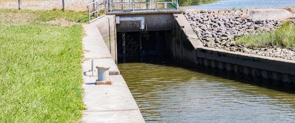 kanał wodny zprzepustem